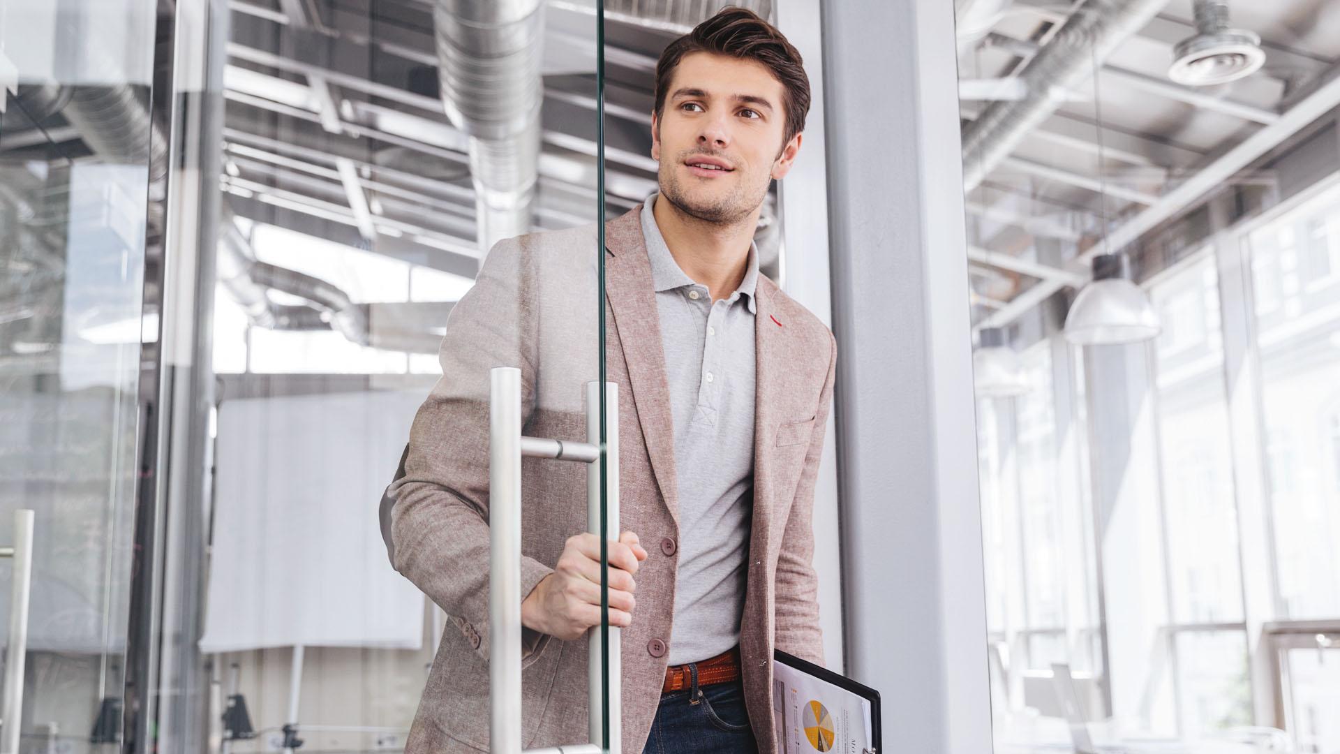 Foto que reproduz um empreendedor voltando a trabalhar em seu negócio.