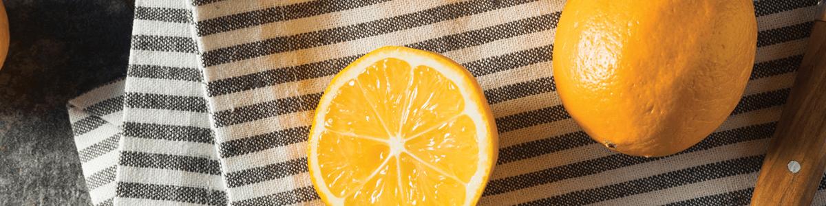 Image de citrons Meyer sur torchon rayé