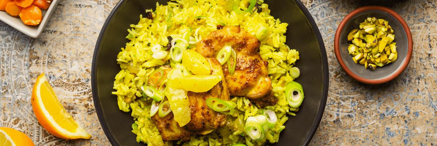 Cuisses de poulet à la persane avec citron Meyer sur riz aux zucchinis, aux pistaches et aux canneberges