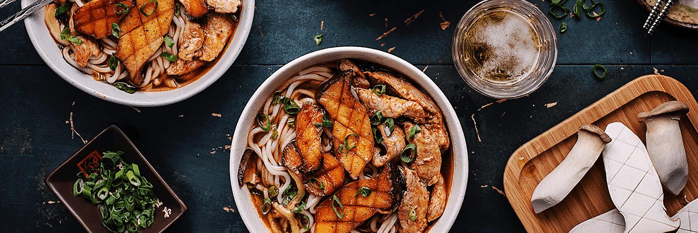 Soupe ramen au porc et aux mini pleurotes érigés avec bok choys