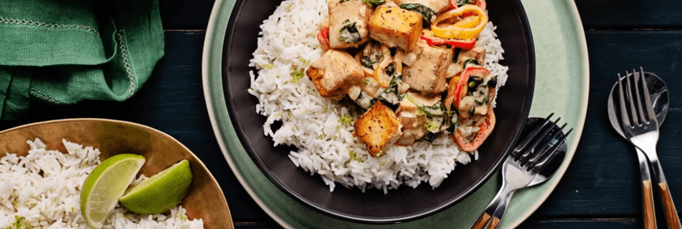 Moqueca de tofu sur riz basmati avec épinards et poivrons