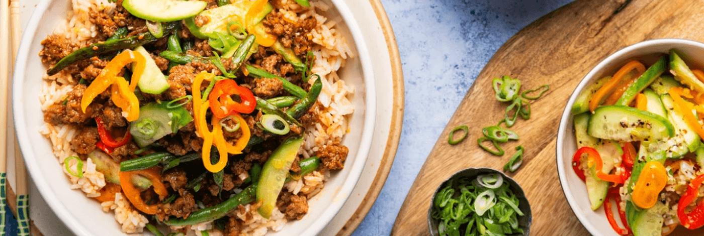 Bols de porc caramélisé à la vietnamienne sur riz au jasmin et légumes marinéss