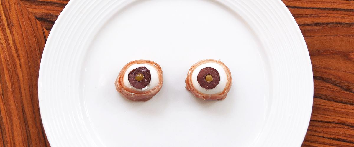 Collation d'Halloween en forme d'oeil, avec bocconcini, olives et prosciutto