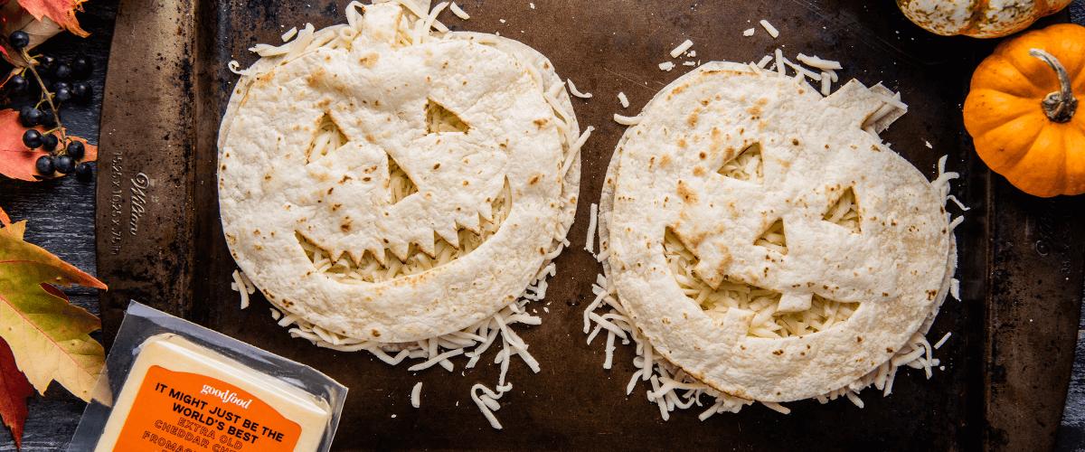 Quesadillas de l'Halloween en forme de citrouille, réalisées avec des tortillas et du fromage cheddar extra fort.