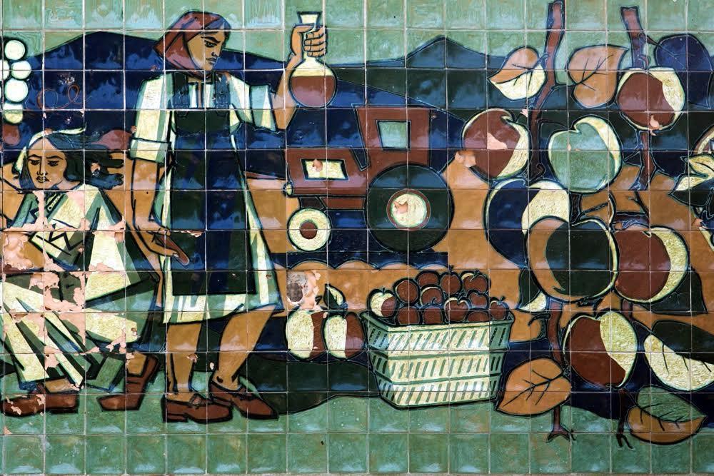 Мозаика на стенах бывшего винного завода Погулянка