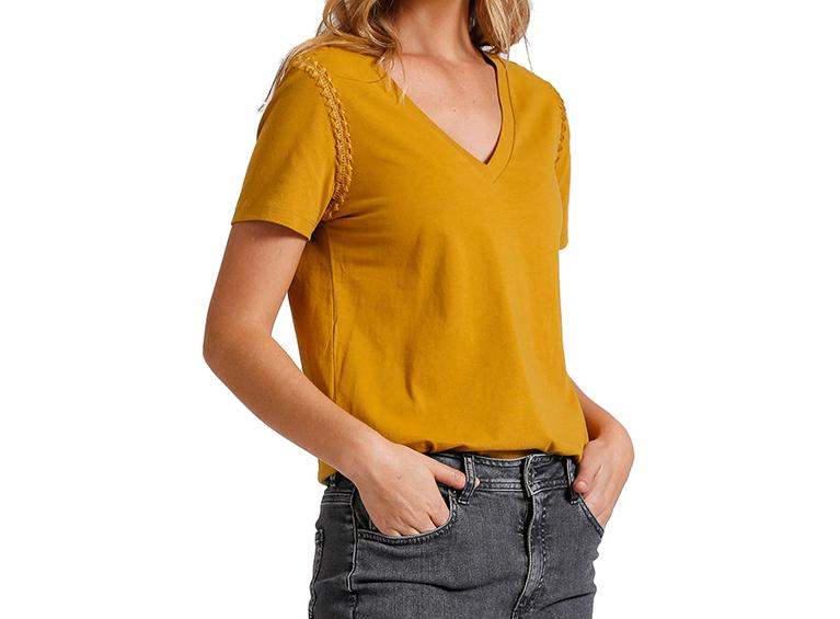 Camiseta básica con diseño en brazo