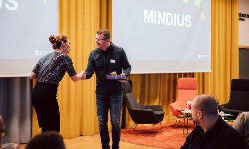 Christer tar emot priset som årets parkföretag 2019