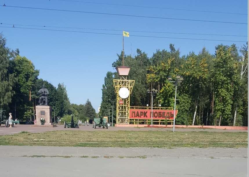 Город контрастов - так можно охарактеризовать маленький, но уютный городок Липецк. Рядом с советскими хрущевками возвышаются современные многоэтажные дома. Правда экология желает лучшего, но ничто не помешало городу сохранить свой зеленый облик. Маленькие парки и бульвары с фонтанами и цветами повсюду. Так что город утопает в зелени. Транспортный узел довольно развит. Однако создается впечатление, что старые московские автобусы, трамваи и троллейбусы перенаправили сюда. В Липецке много приезжих: многие пытаются получить российское гражданство. Но и это придает городу особый колорит.