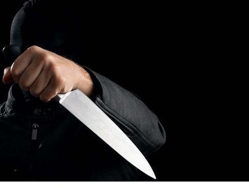 """<p><span style=""""color: rgb(56, 56, 56);"""">В армянском городке Ванадзоре арестован двадцати трехлетний парень, который по данным расследования, причинил ножом тяжкие повреждения двум городским гражданам&nbsp;-&nbsp;отцу и сыну, информирует пресс-служба СК Армении.Оговаривается, что недавно в 20. 55 из </span><span style=""""color: rgb(70, 70, 70);"""">Ванадзорского</span><span style=""""color: rgb(56, 56, 56);"""">&nbsp;стационара в полицию оповестили о госпитализации юного человека 1996 года рождения - с колото — резаными ранениями в области живота и печени, а также его отца 1969 года рождения - с ножевыми ранениями в области живота.Как выяснило следствие, первого декабря примерно в 20 часов во время ссоры местный гражданин ударил ножом обматерившего его одногодку и его отца, причинив тяжелые телесные повреждения. Возбуждено уголовное дело по части 1-й статьи 112-й. В итоге осуществлённых действ в 1 декабря в районе 01. 50 парень явился с повинной в городскую полицию и был арестован.Проведены оперативные действа, в том числе, исследовано место чп, конфискована одежда тяжелораненых родителя и сына. Досудебное расследование длится, предпринимаются меры для установления объективного, полного и многостороннего гос обвинения.</span></p>"""