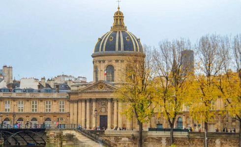 """<p><span style=""""color: rgb(0, 0, 0);"""">В Париже на известном проспекте Георга V была установлена скульптура в форме конфеты из расцветкой триколора Армении. Данную информацию разместил на своем профиле в Facebook Айк Хемчян, который во Франции является сотрудником посольства от страны Армения.</span></p><p><span style=""""color: rgb(0, 0, 0);"""">Автором этой и еще около 50 скульптур, что размещены на этом проспекте выступает Лоренс Дженкель, всемирно известный художник.</span></p><p><span style=""""color: rgb(0, 0, 0);"""">Как было отмечено Хемчяном, что с 15 октября и по 14 ноября авеню Георга V будет украшена скульптурами Лоренс Дженкель. Скульптура как выглядит так и называется – «Конфета: флаг Армении».</span></p><p><span style=""""color: rgb(0, 0, 0);"""">Данная выставка будет символом в новом этапе парижской культуры, как было упомянуто в словах Реми Макиналиджана, что является одним из организаторов. Эта открытая выставка разрушает стереотипы о том что вся современная культура недоступна, а ведь все наоборот.</span></p>"""