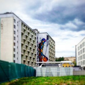 """<p>Появившиеся в 2014 году в Минске монументальные граффити вызвали небывалый резонанс среди жителей. Большинство людей с интересом и даже восторгом восприняли современный стрит-арт, хотя появились и те, кому такая разновидность искусства не нравится.</p><p>Практически все муралы* в Минске были созданы в рамках арт-проекта """"Urban Myths"""" и фестиваля """"Vulica Brasil"""".</p><p>Но стали появляться и новые масштабные работы, которые заказывают государственные или частные компании. Все эти граффити имеют легальный статус и появляются с разрешения городских властей. Пускай некоторые называют это станковым искусством, но благодаря новым необычным рисункам столица Беларуси становится красивее и живее.</p><p><br></p><p><br></p><p>*Муралы - современное уличное искусство, которое направлено на придание красоты зданиям.</p>"""