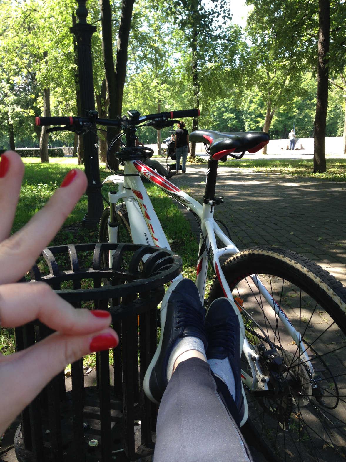 <p><strong>&nbsp;</strong></p><p>Европа вносит коррективы в жизнь столицы Беларуси. Сегодня тут множество людей пересаживается с автомобилей на велосипеды, начиная с весны и до поздней осени. Минск – город с развитой инфраструктурой. И, конечно же, как и во многих европейских городах тут имеется множество велодорожек.</p><p>Приглашаем вас в велосипедное путешествие по минской велодорожке. Вы увидите панорамы на реки Свислочь с живописными деревьями, множеством достопримечательностей города, густые скверы, бульвары, очень крутые мосты для велосипедистов, потому как заезжать на них приходится под углом и много еще интересного.</p><p>Длительность вело-маршрута составляет более 26 км через весь город.</p><p>Благодаря широким улицам и тротуарам в Минске легко добраться на двухколесном транспорте из одной части города в другую. К тому же, такое активное времяпровождение очень полезно для здоровья так как при езде на велосипеде работают те группы мышц, которые не задействования в повседневной жизни.</p>