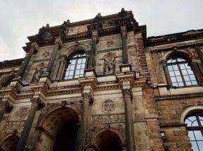 """<p><strong style=""""color: rgb(161, 0, 0);""""><em>Der Zwinger ist ein Dresdner Architekturkomplex im Stil des Spätbarocks und der Neorenaissance. Es beherbergt Museen, darunter den Physik- und Mathematiksalon, eine Porzellansammlung, eine Bildhauersammlung und die berühmteste Dresdner Gemäldegalerie oder, wie sie auch genannt wird, die Galerie alter Meister.</em></strong></p><p><br></p><h2><strong style=""""color: rgb(0, 97, 0);""""><em>Charmante Atmosphäre! Innerhalb des Territoriums können Sie spazieren gehen und die Pracht der Architektur genießen.</em></strong></h2>"""