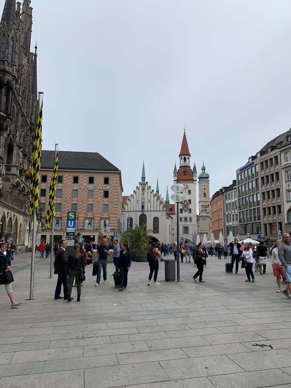 """<h1><span style=""""color: rgb(0, 71, 178);"""">Da sie es einfach nicht bei allen Arten von Touristenforen und Sehenswürdigkeiten nennen: """"Mega-Shop"""", """"Shopping-Mekka"""", """"Einkaufsparadies"""", """"Vinyl-Herz Deutschlands"""" usw. Jede Metropole hat etwas Ähnliches: GUM in Moskau, Bloomingdale in New York, Kaufhaus des Westens (KaDeWe) in Berlin, Harrods in London ... Aber nur wenige der größten Kaufhäuser der Welt können sich rühmen, dass sie gegründet wurden eine geschichte aus einem einfachen knopfladen. Aber es war so - 1861 eröffnete der ehrgeizige und unternehmungslustige Ludwig Beck (bitte nicht mit dem berühmten deutschen General verwechseln !!!) ein Geschäft mit zwei Verkäufern und einem Studenten. Nur!!! Trotzdem machten die Lage, das Sortiment und der exzellente Service für die Boutiquen schnell eine gute Geschichte: Aus diesem Grund entwickelte sich ein florierendes Geschäft und Beck erweiterte seine Räumlichkeiten (die übrigens bis heute den größten Teil des Kaufhauses ausmachen) ) Seit 1876 zog der Laden die Aufmerksamkeit von König Ludwig II. Von Bayern auf sich, was sich natürlich auf die Aufwertung dieses """"Outlets"""" auswirkte. Mit der Zeit wurde das Einzelhandelsangebot erweitert und die Boutiquen an der Ecke Marienplatz wurden zu einem vollwertigen Kaufhaus. Derzeit blüht das """"Haupthandelshaus"""" der bayerischen Landeshauptstadt weiter (vor allem durch den Verkauf von Designermode und Markenzubehör, dessen Sortiment jeden Shopaholic beeindrucken wird). Hier im fünften Stock befindet sich eines der größten Musikgeschäfte der Welt, und Ludwig Beck ist nachts sehr schön - für Liebhaber aller nächtlichen Fotoshootings.</span></h1>"""