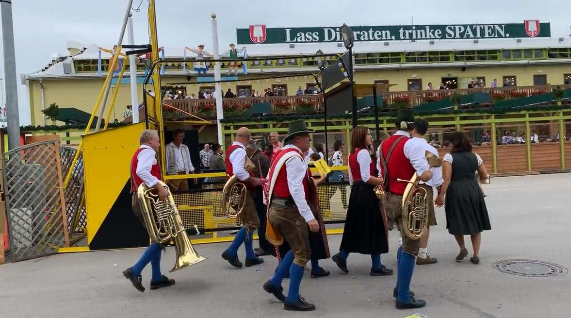 <p>Bayern kann zu Recht stolz darauf sein, dass Bier eines der besten der Welt ist: Seit dem 16. Jahrhundert wird die Herstellung des Produkts nach strengen Maßstäben geregelt, nach denen nur die besten Zutaten verwendet werden dürfen.</p><p>Eines der allerersten Gesetze zur Bierherstellung war das von Herzog Wilhelm IV. Herausgegebene Bayerische Reinheitsgebot von 1516: Für die Herstellung von bayerischem Bier sollten nur Wasser, Gerstenmalz und Hopfen verwendet werden. Hier gilt Bier als eines der besten der Welt.</p>
