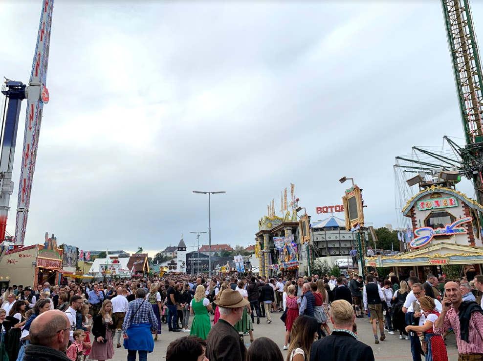 <h2>Das Festival wurde erstmals organisiert, als der Kronprinz Ludwig Prinzessin Teresa heiratete, nach der die Wiese benannt ist, auf der das Festival stattfindet. Dies geschah im Oktober 1810, die Veranstaltung wurde zu einer jährlichen Veranstaltung, der der Name Oktoberfest zugeordnet wurde. Allmählich wechselten die Daten zu einem wärmeren und sonnigen September, aber das zweiwöchige Festival fängt traditionell das erste Wochenende im Oktober ein.</h2><h2><br></h2><h2>Offiziell begann dieses Mal das Oktoberfest am 21. September 2019, als der Bürgermeister mittags feierlich das erste Glas Bier trinkt, um das Festival zu eröffnen. Und unmittelbar danach kann jeder Besucher seinen Durst mit einem köstlichen Bier stillen.</h2><h2><br></h2><h2>Das Festival bietet jede Menge Unterhaltung: Karussells, eine atemberaubende Achterbahn, ein 50-Meter-Riesenrad und einen Freifall-Simulationsturm. Sie können sich von Zeit zu Zeit von der Verkostung ablenken lassen und einfach einen Spaziergang machen, Souvenirs auswählen, neue Bekanntschaften schließen, eine der Attraktionen erkunden oder den Flohzirkus besuchen. Andernfalls besteht die große Chance, zu viel getrunken in die fürsorglichen Hände von Ärzten und Sanitätern zu fallen, die dem Festival dienen. Im Deutschen gibt es sogar einen besonderen Namen für unwissentliche Maßnahmen: Bierleichen.</h2><h2><br></h2><h2>Ein Familientag fällt auf jeden Dienstag - dieser Tag mit erheblichen Rabatten auf Essen und Attraktionen.</h2>