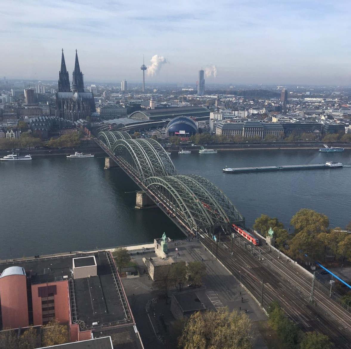 """<p><strong style=""""color: rgb(0, 102, 204);""""><em>Das Köln Triangle ist ein 103,2 Meter hohes Gebäude (28 Stockwerke), das den besten Panoramablick auf die gesamte Stadt bietet. Sie können sofort navigieren.</em></strong></p><p><strong><em>Sie können wunderbare Fotos machen. Liebe diesen Ort wirklich)</em></strong></p>"""