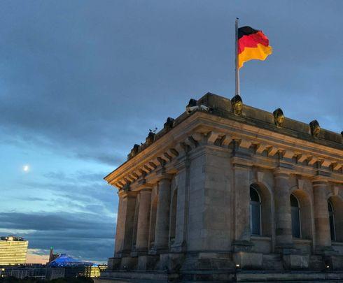 """<p><strong style=""""color: rgb(161, 0, 0);""""><em>Der Bundestag ist ein Einkammerorgan der Landesvertretung der Bundesrepublik Deutschland.</em></strong></p><p><br></p><p><strong style=""""color: rgb(0, 97, 0);"""">Nach der Bildung des Deutschen Reiches wurde gemäß der Reichsverfassung ein gesamtdeutscher Reichstag eingerichtet.</strong></p><p><br></p><p><strong style=""""color: rgb(0, 71, 178);""""><em>Der kaiserliche Reichstag bestand aus 384 Abgeordneten (nach 1874 - von 397), die für drei Jahre (seit 1888 - für fünf Jahre) auf der Grundlage einer allgemeinen, gleichen, geheimen Abstimmung gewählt wurden. Die Sitzverteilung erfolgte nach dem Mehrheitswahlsystem. Alle männlichen Bürger, die älter als 25 Jahre sind, haben Stimmrecht. Der Hauptkampf um die Sitze im Reichstag entfaltete sich zwischen den fünf beliebtesten Parteien, zu denen die national-, links- und konservativen, zentristischen und sozialdemokratischen Parteien gehörten.</em></strong></p>"""