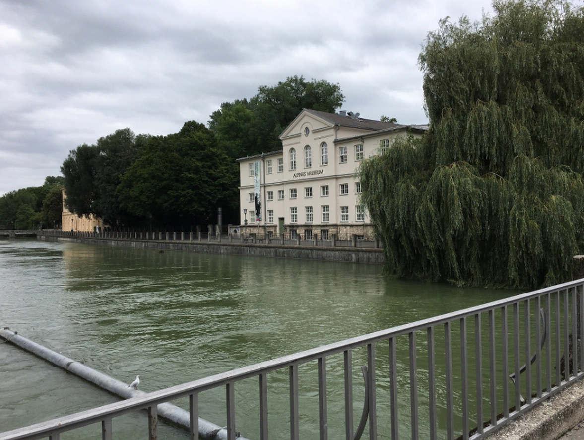 """<p><strong style=""""color: rgb(230, 0, 0);"""">Tolle Grobstadt, mit gut ausgebauter Infrastruktur, schönen Parks, gut restauriertem Zentrum)</strong></p>"""
