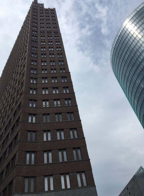 """<p><strong style=""""color: rgb(0, 97, 0);""""><em>Das Hotel liegt in einem mehrstöckigen Gebäude am Potsdamer Platz. Eingang in der Nähe der Hoteltüren, Drehkreuz mit der Aufschrift Panoramapunkt. Neben der Aussicht hinterlässt die Fahrt mit dem schnellsten Aufzug Europas einen Eindruck. Der sofortige Aufstieg zu einer solchen Höhe ist sehr überraschend.</em></strong></p>"""