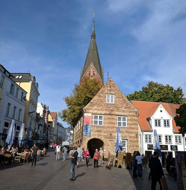 <p>Flensburg ist der nördlichste deutsche Berg und bekannt für die Herstellung von Rum und Bier. Die Stadt ist eine sehr malerische Stadt, in der mittelalterliche Viertel, alte Kirchen, Fachwerkhäuser und Parks erhalten geblieben sind.</p>