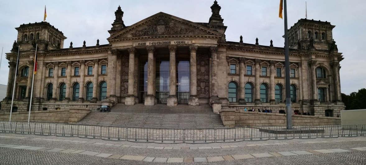 """<p><strong style=""""color: rgb(0, 55, 0);""""><em>Der Bundestag, der Bundestagstag - das höchste Organ der Deutschen Union, ein Treffen von Vertretern der deutschen Staaten in der Zeit zwischen dem Wiener Kongress und der Vereinigung Deutschlands.</em></strong></p><p><br></p><p><br></p><p><strong style=""""color: rgb(0, 55, 0);""""><em>Von 1815 bis 1848 und von 1851 bis 1866 war es die einzige zentrale Einrichtung, die für alle deutschen Staaten zuständig war, die bis 1804 zum Heiligen Römischen Reich gehörten.</em></strong></p><p><br></p><p><strong style=""""color: rgb(0, 55, 0);""""><em>Seit dem 5. November 1816 tagte der Bundestag wöchentlich. Der Vorsitz war der Vertreter von Österreich.</em></strong></p><p><br></p><p><strong style=""""color: rgb(0, 55, 0);""""><em>Nach der Märzrevolution im Juli 1848 übertrug der Bundestag seine Befugnisse auf die Nationalversammlung, den ersten deutschen Bundestag. Nach dem Zusammenbruch der Revolution wurde der Bundestag wiederhergestellt.</em></strong></p>"""