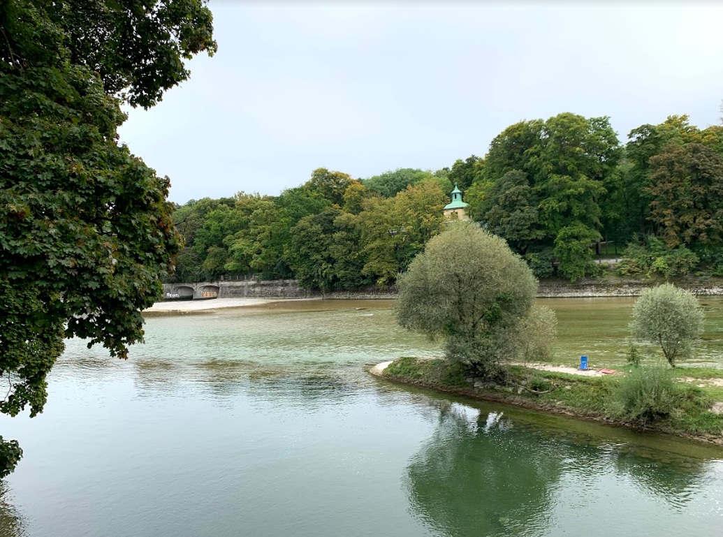 <p>Seit dem Mittelalter wurden Brücken über die Isar entdeckt. Die Städte München und Landshut wurden im Mittelalter im Zusammenhang mit dem Bau von Brücken über diesen Fluss gegründet, während es um die Verteilung der Möglichkeiten ging, Handel mit der Eroberung von Macht und wirtschaftlichem Einfluss zu betreiben. Der weitere Ausbau der Städte führte zu einer stetigen Nachfrage nach Holz und Kalk, was insbesondere im Hochland zu einem Legierungsboom führte.</p><p><br></p><p>Seit dem 17. Jahrhundert wurden verschiedene Waren, tropische Früchte, Gewürze, Baumwolle und Seide über die Isar von Mittenwald, der Stadt der venezianischen Messen, nach Wien und Budapest transportiert.</p><p><br></p><p>Die Isar spielt heute für München eine große Rolle und versorgt die Stadt mit Wasser sowie Strom aus Wasserkraftwerken der bayerischen Landeshauptstadt. Im Sommer versammeln sich Urlauber am Ufer der Isar. Dank der guten Reinigung des Wassers im Fluss können Sie schwimmen.</p>