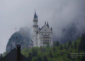 """<p>Schloss Neuschwanstein steht an der Stelle von zwei Festungen, vordere und hintere Schwangau, die zum Zeitpunkt des Beginns der Arbeiten in Trümmern lagen. König Ludwig II. Befahl an dieser Stelle, durch Sprengen von Steinen das Plateau um ca. 8 m abzusenken und damit einen Platz für den Bau des """"Feenpalastes"""" zu schaffen. Nach dem Bau der Straße und der Verlegung der Pipeline am 5. September 1869 wurde der Grundstein für den Bau einer riesigen Burg gelegt. Es wurde dem Hofarchitekten Eduard Riedel anvertraut. Der Münchner Meister Christian Jank verkörperte seine Pläne in künstlerischen Formen, den sogenannten """"Veduten"""" (malerische Bilder). Der König bestand auf der persönlichen Genehmigung jeder Zeichnung, und seine Beteiligung an der Entwicklung war so bedeutend, dass die Burg als seine persönliche Schöpfung angesehen wurde.</p><p><br></p><p>In den Jahren 1869-1873 wurde ein Tor gebaut. Die privaten Gemächer des Königs in der 3. Etage sowie die komfortablen Zimmer in der 2. Etage trugen zum Komfort des gesamten Gebäudes bei. Ab 1873 wurden die Bauarbeiten in einem sehr intensiven Tempo durchgeführt, aber ein Jahrzehnt später wurde sie nicht abgeschlossen, und der König beschloss, 1884 in ein unvollendetes Schloss umzuziehen. Ein Jahr später jährte sich das Schloss zum 60. Mal zum Geburtstag der Mutter von Ludwig Maria. Insgesamt lebte der König 172 Tage in der Burg und zum Zeitpunkt seines Todes im Juni 1886 waren die Bauarbeiten noch nicht abgeschlossen.</p>"""