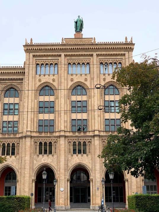 <p>Die Regierung von Oberbayern ist die zentrale Regierungsbehörde mit Sitz in München und rund 1.600 Mitarbeitern aus mehr als 25 akademischen Disziplinen. Sie koordiniert die Aktivitäten der Bayerischen Staatsministerien auf oberbayerischer Ebene, berät und beaufsichtigt 34 nachgeordnete Landesbehörden und fördert private und öffentliche Projekte im Wert von mehr als einer halben Milliarde Euro pro Jahr.</p>