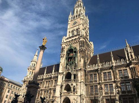 """<p><strong style=""""color: rgb(161, 0, 0);""""><em>Der zentrale Platz von München, das Zentrum der Fußgängerzone und eine der Hauptattraktionen der Innenstadt. Auf dem Platz befinden sich die Münchner Rathäuser Neu und Alt.</em></strong></p>"""