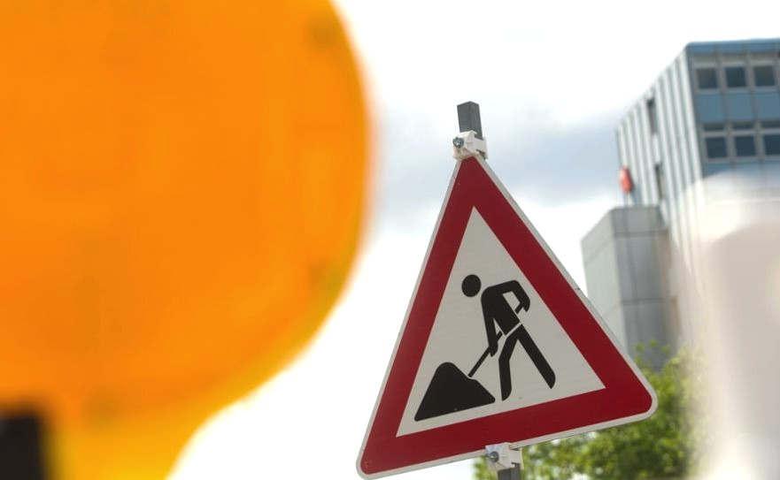 <p>Nach Angaben der Stadtwerke wird es diese Woche in weiten Teilen der Stadt ärgerlich, an einem Fernwärmenetz für Autofahrer zu arbeiten. Aufgrund von Staus kann mit einer Umgehung der Wartezeiten gerechnet werden. AZ gibt einen Überblick.</p><p><br></p><p><strong>Baustellen in München vom 18.11.2019</strong></p><p><br></p><p>1.Bodenstraße: Ab Montag ist die Straße zwischen Pasinger Marienplatz und Manzingerweg im Westen eine Einbahnstraße. In die entgegengesetzte Richtung sollte die Bewegung umgeleitet werden.</p><p><br></p><p>2.Landsberger Straße: Die Stadtentwässerung schafft seit 2018 im Tunnelverfahren einen 2,2 Kilometer langen Mischwasserkanal zwischen der Fürstenrieder Straße und Am Knie. Im nächsten Bauabschnitt des Kanalschachtbauwerks werden sie an der Hauptstraße der Landsberger Straße errichtet. Von letzter Woche bis Ende April 2020 liegen die beiden Landsberger Straße-Gassen zwischen Laimer Kreisel und Willibaldstraße außerhalb der Stadt an der Nebenstraße.</p><p><br></p><p>3.Nymphenburger Straße: Die Nymphenburger Straße zwischen Loristraße und Lotstraße ist von Donnerstag bis Montag, dem 25. November, eine Einbahnstraße in Richtung Stadtzentrum. Verstöße entstehen außerhalb der Stadt.</p><p><br></p><p>4.Ständlerstraße: Die Deutsche Bahn repariert die zentrale Säule des Eisenbahntunnels. Auf der Shtandlerstraße zwischen der Schwansestraße und der Aschauer Straße wird von Montag bis 22. November von 9.00 bis 15.00 Uhr eine Fahrspur in Fahrtrichtung nach Westen und zwei Fahrspuren in Richtung Osten verlaufen.</p>