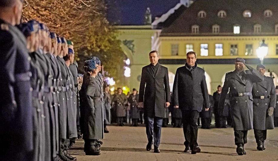 """<p>Rund 200 Soldaten standen am Montagabend im Hof&nbsp;&nbsp;und erklärten die liberal-demokratische Verfassung der Bundesrepublik Deutschland. Zum ersten Mal seit mehr als einem Jahrzehnt in München machte die Bundeswehr ein öffentliches Versprechen.</p><p><br></p><p>Ministerpräsident Marcus Söder (CSU) bezeichnete das Versprechen als große Ehre: """"Wir stehen zu den Soldaten, es ist wichtig, dieses Versprechen nicht heimlich zu feiern, sondern im Herzen Münchens zu feiern."""" Bundesverteidigungsministerin Annegret Crump-Karrenbauer (CDU) kam nicht zur Feier nach München. In der vergangenen Woche hat der Minister in der Bundeswehr in München angekündigt, dass Deutschland einen größeren Beitrag zur internationalen Sicherheits- und Verteidigungspolitik leisten sollte.</p><p><br></p><p><strong>Friedensprotest der Bundeswehr</strong></p><p><br></p><p>Am Odeonplatz versammelten sich neben dem Eid rund 120 Kritiker und Gegner der Bundeswehr, um gegen das """"Militärspektakel"""" zu protestieren. Der Protest blieb friedlich. Die rund 400 Polizeibeamten, die den Eid geleistet hatten, sollten nicht intervenieren.</p><p><br></p><p>Unter rund 450 Zuschauern im Garten stritten sich jedoch zwei Personen. Die Polizei griff ein und fand die Männer. Er durfte gehen, nachdem er seine persönlichen Daten gefunden hatte.</p><p><br></p><p><strong>München - Deutschlands führendes Rüstungszentrum</strong></p><p><br></p><p>""""Die Eide sollen der Bevölkerung helfen, die militärischen Anstrengungen der Bundeswehr zu verstehen"""", sagte der Musiker Konstantin Wecker. Demonstranten führten die Aussage von Kurt Tukholsky an: """"Die Ermutigung mit einer Militärbrille ist eine Werbung für den nächsten Krieg."""" Außerdem kritisierten sie, dass die Eide am Kriegsdenkmal - einem von den Nazis kontaminierten Ort - stattgefunden hätten.&nbsp;</p><p><br></p><p>Nach dem Eid lud Ministerpräsident Marcus Söder die Soldaten mit einem abschließenden Ständchen zu einem Empfang in die Residenz ein.</p>"""