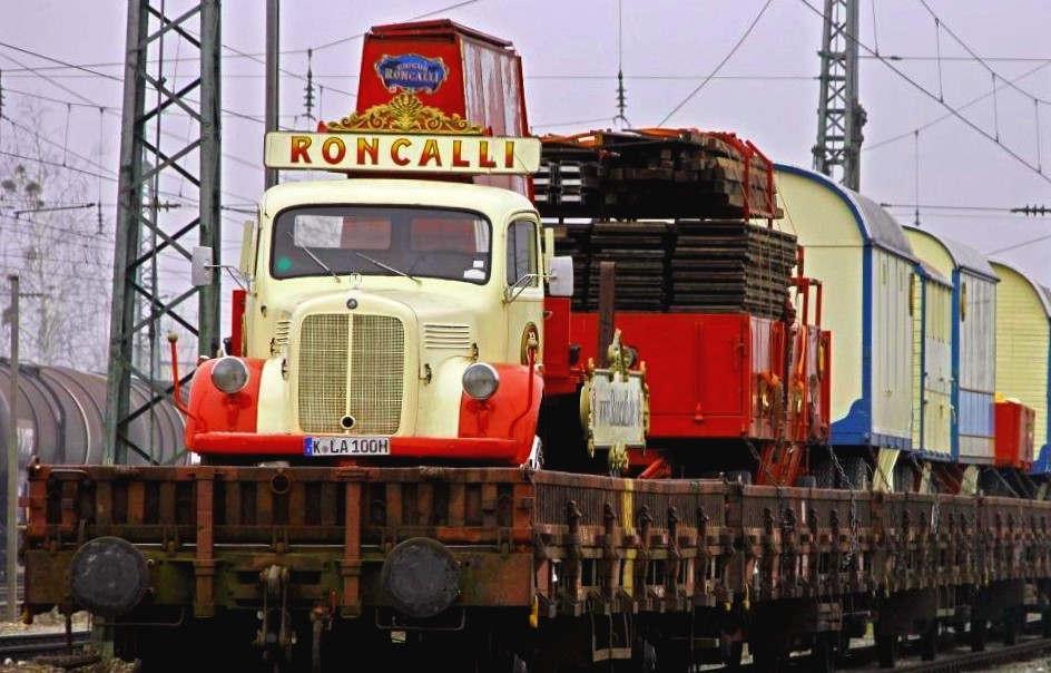 """<p>&nbsp;Rund 80 Zirkuswagen des Roncalli-Zugs sind am Mittwochmorgen in München angekommen. Bis zum 12. November bleibt der Zirkus in München.&nbsp;&nbsp;</p><p><br></p><p>&nbsp;München - Auf einer Länge von 700 Metern befördert der Roncalli-Zug die Garderobe des Clowns, nähende Kleidung und eine Küche sowie Wohn- und Materialwagen. </p><p><br></p><p>Am Mittwochmorgen kam der Zug bei Regen und wie bei Zügen nicht unüblich mit einer Verspätung in München an – und zwar mit einer saftigen von zweieinhalb Stunden. Roncalli ist der einzige Zirkus Deutschlands, der mit dem Zug reist.&nbsp;&nbsp;</p><p><br></p><p>&nbsp;Die rund 80 restaurierten historischen Zirkuswagen aus der Sammlung von Bernhard Paul wurden dann mit einem alten Hanomag-Traktor über die Verladerampe gezogen. Danach ging es mit den Wagen zum Leonrodplatz, wo der Roncallizeltpalast aufgebaut wird.&nbsp;&nbsp;</p><p><br></p><p>&nbsp;Der erste&nbsp;Show """"Storyteller"""" in München ist am Samstag um 20 Uhr. Bis zum 12. November bleibt der Roncalli-Zirkus in der Stadt.</p>"""