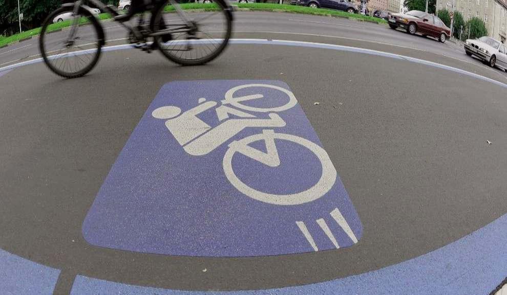 """<p>Warum erhält eine Person, nur weil sie mehr Kilometer überwindet, mehr Stimmrechte? Kritisiert von Andreas Gro, Vizepräsident des ADFC, einer Studie des Automobilclubs Mobile in Deutschland zur Verkehrsverteilung in München. Denn im Büro berechnet der Autoclub Passagierkilometer - und nicht wie städtische Straßen.</p><p><br></p><p><strong>ADFC: """"Radfahrer brauchen weniger Platz als Autos""""</strong></p><p><br></p><p>Damit kommt er auf 3 Prozent der Radfahrer, in der Stadt auf 18 Prozent. Gro kritisiert: """"Der Auto Club will die bestehenden Strukturen festigen. Autos sind nicht teuer genug. Wir sagen, Radfahrer brauchen weniger Platz als Autos - und gute Radwege ziehen mehr Radfahrer an.""""</p><p><br></p><p>Groch schießt auch direkt auf den Auto Club-Chef Michael Haberland, der auf der Liste des CSU-Stadtrats ebenfalls den 26. Platz belegt. Gro: """"Es ist schwer vorstellbar, wie die CSU mit Haberland moderne Mobilität verkaufen will.""""</p><p><br></p><p>Die Verteilung der Schlacht auf den Straßen wird auch auf Bundesebene kontrovers diskutiert. Pläne der Bundesregierung, das Parken in Nebenstraßen und Gassen zu verbieten, werden kritisiert. Die bereits vom Bundeskabinett festgelegte Änderung lautet: """"Fahrräder müssen außerhalb der Seiten- und Fahrspuren abgestellt werden"""" - dies gilt nicht für Lastenfahrräder oder einen Radl mit Anhänger.</p><p><br></p><p>Grüner Abgeordneter Stefan Gelbhaar über die """"absurde Position"""" von Verkehrsminister Andreas Scheuer (CSU). """"Fahrräder werden noch mehr als bisher auf dem Bürgersteig geparkt"""", sagte er. Dies erhöht das Unfallrisiko für Fußgänger und Radfahrer.</p><p><br></p><p><strong>Deutschland muss eine Fahrradnation werden</strong></p><p><br></p><p>Übrigens über die Gefahr. Stephanie Krone, Sprecherin des ADFC, sagt: """"In Deutschland fährt man gern mehr Fahrrad, aber die Straßenverhältnisse sind oft unheimlich."""" Sie sagt: """"Wir müssen immer noch eine fahrradfreundliche Nation sein.""""</p>"""