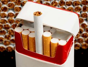 """<p>Zigarettenkippen, die auf dem Boden liegen: An 168 U-Bahn-Abgängen schätzt die Stadt die Lage als problematisch ein – und will an den Problem-Abgängen Kombi-Mülleimer aufstellen, in denen Fahrgäste Müll und Kippen separat loswerden können. Die Kosten für die Kombi-Eimer: 250.000 Euro.</p><p><br></p><p>Weggeworfene Kippen: Kommt der Kombi-Eimer?</p><p>Am Dienstag soll der Stadtrat im Wirtschaftsausschuss entscheiden, ob die neuen Mülleimer bringen.</p><p><br></p><p>Christian Vorländer, Vize-Chef der Rathaus-SPD, hatte die Mülleimer im August gefordert. Der AZ erzählt er: """"Der Vorschlag der Stadt ist ein erster wichtiger Schritt.""""</p><p><br></p><p>Um dem Kippen-Problem Abhilfe zu verschaffen, hatte die Stadt im Oktober 2016 für ein Jahr Aschenbecher an einigen U-Bahn-Abgängen (etwa am Marienplatz, am Arabellapark und am Laimer Platz) testweise aufgestellt. Und hat dabei die ernüchternde Bewusstsein gewonnen: 70 Prozent der Kippen landen weiterhin auf dem Boden. Überdies waren zwei Drittel der Aschenbecher verstopft, weil sie für Müll zweckentfremdet wurden.</p><p><br></p><p>SPD will mehr Mülleimer für München</p><p>Die Kombi-Mülleimer, die ebenfalls zunächst testweise installiert werden, sollen das jetzt ändern. Doch für Vorländer ist das noch nicht genug. Er fordert im Namen seiner SPD: """"In München muss insgesamt die Anzahl an öffentlichen Mülleimern aufgestockt werden: von 7.600 auf 10.000."""" Und: eine Taktverdichtung bei der Leerung.</p>"""