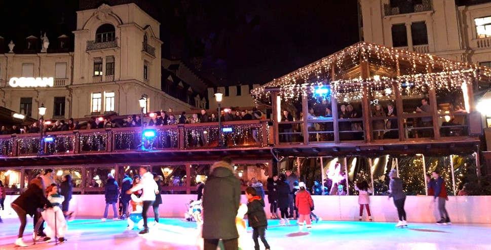 """<p>Am Stachus kehrt er freitags zum Sport zurück: Zum 19. Mal wird hier Münchens Eismagie für alle Skateboard-Enthusiasten eröffnet.</p><p><br></p><p>Fahren in einem unbequemen Stadion: Freitag ist noch nicht vorbei. Dann beginnt die Münchner Eismagie wieder am Stachus. Bis zum 12. Januar kehrt die Open-Air-Eisarena in die Münchner Innenstadt zurück.</p><p><br></p><p><strong>Münchner Eismagie: Täglich bis 22 Uhr geöffnet</strong></p><p><br></p><p>Zum 19. Mal befindet sich eine Eisbahn im Zentrum der Stadt. Täglich von 10:30 bis 22:00 Uhr können sich die Skater dort austoben. Jeden Tag wird ein anderes Programm angeboten. Zum Beispiel montags: """"Verkehr auf Eis."""" Es gibt Treffer auf der Wiese und jeder Besucher in einem Anzug erhält freien Eintritt. Donnerstag ist das Motto """"Business on Ice"""" und am Wochenende ist eine Party angesagt.</p><p><br></p><p>Für diejenigen, die nicht skaten wollen oder eine Pause brauchen, gibt es die Schmankerlhütte und den Glühwein Gluhwein. Weitere Informationen und ein komplettes Programm finden Sie unter www.muenchnereiszauber.de</p>"""