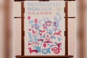 """<p><strong style=""""color: rgb(69, 69, 69);"""">Seit zwei&nbsp;Wochen herrscht nach Ende des 187. Oktoberfestes wieder der übliche Alltag in&nbsp;München</strong></p><p><br></p><p>Nach der Wiesn ist vor der Wiesn! Für viele Münchner gilt dieses Mantra aufgrund der jahrelangen Verbundenheit mit dem Traditionsfest oder gar aus beruflichen Gründen. Für die Organisatoren des Oktoberfestes beginnen die Planungen für die nächste Ausgabe schon kurz nach dem Kehraus vor zwei Wochen. Den Startschuss markiert wie immer: Die Suche nach dem seit 1952 jährlich gekürten, offiziellen Wiesn-Plakat.</p><p><br></p><p><strong>Oktoberfest: Offener Wettbewerb für Wiesn-Plakat 2020</strong></p><p><br></p><p>Ein offener Wettbewerb soll den passenden Entwurf für das offizielle Plakat der Wiesn 2020 finden. Der Aufruf der Stadt München richtet sich nicht nur an professionelle Künstler oder Grafiker, sondern eröffnet auch Hobby-Designern die Möglichkeit, am Wettbewerb teilzunehmen. Bei aller künstlerischer Freiheit gelten dennoch von der Stadt München entworfene technische und inhaltliche Vorgaben für die Werke.</p><p><br></p><p>Um den eigenen Entwurf offiziell einzureichen, müssen sich die Teilnehmer auf www.oktoberfest.de/plakat registrieren und dort ihre Arbeit hochladen. Die Registrierung für den Wettbewerb und damit auch die Upload-Möglichkeit beginnt am 22.Oktober um 12 Uhr mittags und endet am 19.November um Mitternacht.</p><p><br></p><p><strong>Wiesn-Plakat: Publikumsvoting im Januar 2020</strong></p><p><br></p><p>Im Januar 2020 folgt dann auf """"muenchen.de"""" ein Publikumsvoting aller Einsendungen, die die Vorgaben erfüllen. Die vom Publikum zu den besten 30 Entwürfen gekürten Werke landen dann bei einer Fachjury, welche eine endgültige Entscheidung über das offizielle Oktoberfest-Plakat 2020 trifft.</p><p><br></p><p>Der Sieger darf sich neben einem üppigen Preisgeld (2.500 Euro) darüber freuen, dass sein Entwurf weltweit zu sehen sein wird. Auch für den Zweit- und Drittplatzierten gibt es """