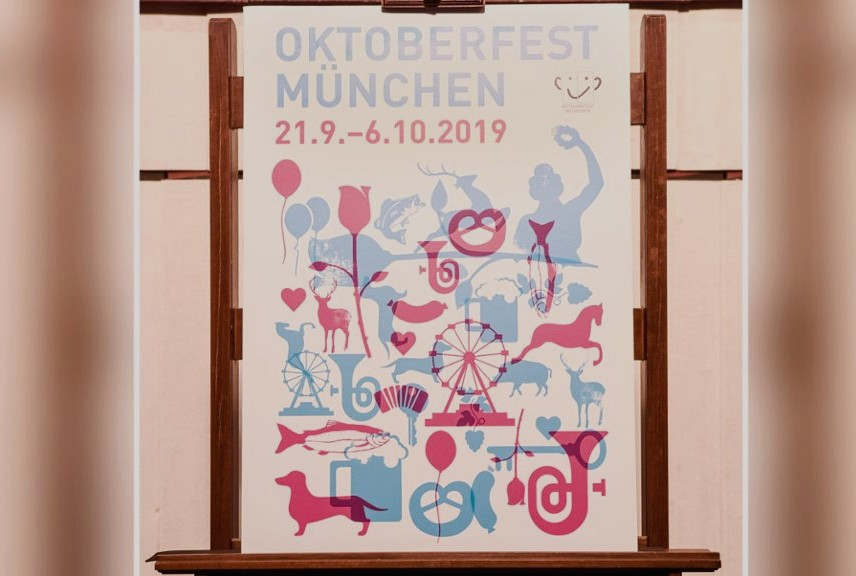 """<p><em>Die letzten zwei Wochen nach dem Ende des 187. Oktoberfestes herrscht in München Alltag</em></p><p><br></p><p>Nach dem Oktoberfest vor dem Oktoberfest! Für viele Münchner ist dieses Mantra durch jahrelange Solidarität mit einem traditionellen Festival oder sogar aus beruflichen Gründen bedingt. Für die Oktoberfestveranstalter beginnt die Planung für die nächste Ausgabe kurz nach der Konzession vor zwei Wochen. Das Startsignal ist wie immer markiert: Suche seit 1952 jährlich gekürten, offiziellen Wiesn-Plakat.</p><p><br></p><p><strong>Oktoberfest: Offener Wettbewerb für das Wiesn 2020-Plakat</strong></p><p><br></p><p>Der offene Wettbewerb sollte das richtige Design für das offizielle Wiesn 2020-Plakat finden: Die Attraktivität der Stadt München richtet sich nicht nur an professionelle Künstler oder Grafiker, sondern auch an Amateurdesigner, die am Wettbewerb teilnehmen möchten. Trotz aller Gestaltungsfreiheit gelten für die Arbeiten die technischen und inhaltlichen Merkmale der Stadt München.</p><p><br></p><p>Um ihr eigenes Design offiziell einzureichen, müssen sich die Teilnehmer unter www.oktoberfest.de/plakat registrieren und ihre Arbeiten dort hochladen. Die Registrierung für den Wettbewerb und damit das Herunterladen beginnt am 22. Oktober um 12 Uhr und endet am 19. November um Mitternacht.</p><p><br></p><p><strong>Oktoberfest-Plakat: Zuschauerabstimmung im Januar 2020</strong></p><p><br></p><p>Im Januar 2020 folgte dann auf """"muenchen.de"""" eine öffentliche Abstimmung aller eingereichten Materialien, die den Anforderungen entsprachen. Die vom Publikum als eines der 30 besten Projekte ausgewählten Werke werden einer Expertenjury vorgelegt, die die endgültige Entscheidung über das offizielle Plakat Oktoberfest 2020 trifft.</p><p><br></p><p>Neben den großzügigen Preispools (2.500 Euro) kann der Gewinner erwarten, sein Design auf der ganzen Welt zu sehen. Ebenfalls für den zweiten und dritten Platz gibt es einen Trostpreis (2. Platz - 1250 Euro, 3. Platz - 500 """