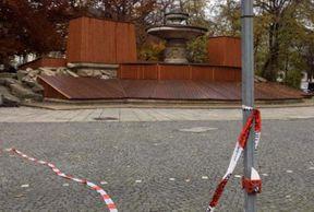 """<p>Am Sonntagabend kam er wegen Angriffen auf die Münchner Polizei im Heart Club an. Als die Kriminellen flohen, verfolgte die Polizei die Verdächtigen. Vor dem Wittelsbacher Brunnen wurden Menschen mit erheblichem Widerstand festgenommen. Unter ihnen war ein 27-jähriger Einwohner des Landkreises Fürstenfeldbruck, teilte die Polizei am Mittag mit.</p><p><br></p><p><strong>Nach einem Herzinfarkt fliehen die am Verbrechen Beteiligten</strong></p><p><br></p><p>Zur Unterstützung der Einsatzhundschaft kamen sechs Offiziere in einem VW-Bus an. Sie gingen aus, um den Widerstand so schnell wie möglich zu stoppen. Nach einer früheren Untersuchung hat der 22-jährige Fahrer eines Polizeifahrzeugs einen Schalthebel nicht in der Position """"P"""" (Parken), sondern in der Position """"N"""". Wichtiger Fehler ...</p><p><br></p><p><strong>Polizeibus ohne Hilfe von Fahrern zu den Festgenommenen</strong></p><p><br></p><p>Die Offiziere konnten das rollende Auto ohne Fahrer nicht mehr anhalten. Ein inhaftierter Häftling, der nicht gefesselt war, wurde erwischt, steckte unter der vorderen Stoßstange und erlitt schwere Verletzungen (Rippenbruch).</p><p><br></p><p>Nur die erklärte Feuerwehr konnte den 27-Jährigen befreien, bevor er mit einem Rettungsdienst ins Krankenhaus eingeliefert wurde. Ein externer Sachverständiger wurde konsultiert, um die genaue Art des Unfalls zu ermitteln.</p>"""