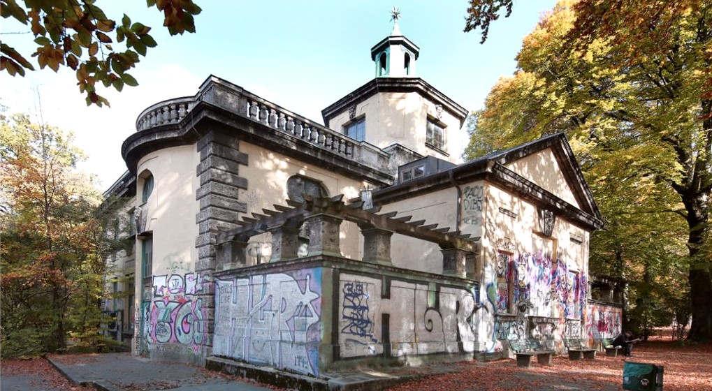 """<p>Nördlich der Maximilianbrücke wird Auer Mühlbach in den Kanalgrund getrieben. Kurz darauf wird aus seinem Wasserkraftwerk im Maximilianswerk Strom.</p><p><br></p><p>Maxwerk ist eines der ältesten Wasserkraftwerke Bayerns, das noch in Betrieb ist. Nach einem Jahr Bauzeit begann er 1895 zu arbeiten. """"Es wurde sehr teuer gebaut und war daher ziemlich teuer"""", sagt Alexander Rotter. Ein 52-jähriger Gymnasiallehrer hat in München ein Buch über die Geschichte von Wasser und Strom geschrieben.</p><p><br></p><p><strong>Ein Blick hinter die Graffiti von Maxverks Wänden</strong></p><p><br></p><p>Der Architekt Karl Hocheder, der auch das Muffatwerk und das Müller Volksbad entwarf, baute das Maxwerk oder Jagdschloss im Barockstil. Auf einen Blick wird deutlich, dass es sich um ein Kraftwerk handelt, obwohl die Fassade jetzt mit Graffiti bedeckt ist.</p><p><br></p><p>Hinter der schweren Holztür befindet sich ein großer Raum, in dem es laut donnert. Hier dreht sich hinter einer gelben Verkleidung eine große rote Turbine mit Propeller, angetrieben von Mühlbacher Wasserkraft. Dies kommt von der Steigung auf der Maximilianbrücke. Aus dem Hinterzimmer führt die Tür heraus. Dort befinden sich die Gitter wiederum über dem schnellen Wasser von Mühlbach. Zum Schutz vor Überschwemmungen wird das Wasser bei steigendem Wasserstand über eine Klappe abgelassen.</p><p><br></p><p><strong>Maxwerk: Strom aus Isarwasser</strong></p><p><br></p><p>Zwei Francis-Turbinen, die 1894 installiert wurden, mussten aufgrund ihrer Nähe zur Isar sehr stark auf Wasserstandsschwankungen reagieren. Es sollte keine großen Schwankungen geben, da die Straßenbeleuchtung und der Trambetrieb mit Strom versorgt werden sollten. Das Muffatwerk wurde mit Strom versorgt und von dort über Stromkabel über eine Kabelbrücke in die Stadt.</p><p><br></p><p><strong>Bis in die 70er Jahre war Maxwerk besiedelt.</strong></p><p><br></p><p>Das Muffatwerk wurde 1883 zur Stromerzeugung genutzt und war nach der westlichen Mühle das zwei"""