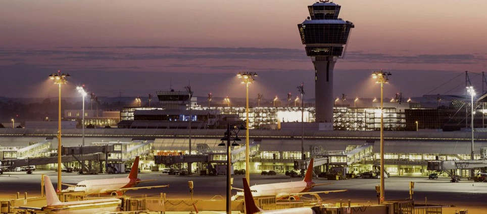 <p>Am Donnerstag rief eine UFO-Gewerkschaft die Stewardessen bei Lufthansa zu einem 48-Stunden-Streik auf. Die Auswirkungen des Streiks sind auch am Flughafen München zu spüren.</p><p><br></p><p><strong>Der Flughafen München ist wahrscheinlich von einem Streik betroffen</strong></p><p><br></p><p>Nach Angaben der UFO-Stewardess Union beginnt der Streik am 7.11. um 0 Uhr und dauert bis 8.11. bei 24 Stunden - nur 48 Stunden. Betroffen sind alle Lufthansa-Flüge, die zu diesem Zeitpunkt innerhalb und außerhalb Deutschlands starten. Da der Flughafen München das Zentrum der von Lufthansa durchgeführten Flüge ist, sind die Auswirkungen des Streiks hier deutlich zu spüren. Wie viele Flüge aber tatsächlich gescheitert sind, steht noch nicht fest.</p><p><br></p><p>Laut Lufthansa arbeitet Lufthansa derzeit an einem speziellen Zeitplan für Donnerstag und Freitag. Er verurteilt nachdrücklich die Forderung nach einem UFO-Streik und erwägt derzeit Maßnahmen, um einen Streik zu verhindern.</p>
