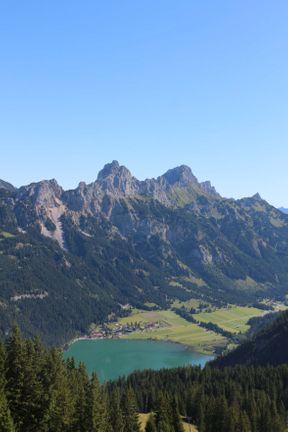"""<p><span style=""""color: rgba(0, 0, 0, 0.87);"""">Tirol ist berühmt für seine schönen Ausblicke auf die Alpen und Seen.</span><span style=""""color: rgba(0, 0, 0, 0.87); background-color: rgb(245, 245, 245);""""> </span><span style=""""color: rgba(0, 0, 0, 0.87);"""">Nahe der deutschen Grenze liegt die Stadt Tanheim.</span><span style=""""color: rgba(0, 0, 0, 0.87); background-color: rgb(245, 245, 245);""""> </span><span style=""""color: rgba(0, 0, 0, 0.87);"""">Mit der Seilbahn erreichen Sie die Berggipfel.</span></p>"""