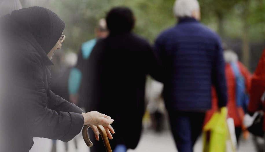 """<p>Osteuropäische Bürger, obsessive Straßenmusiker, betrunkene Obdachlose - all dies führte dazu, dass vor zwei Jahren eine Hotline von Beschwerden über die Stadt Frankfurt ausbrach. Besonders Geschäftsleute aus der Innenstadt verklagten. Die Frankfurter Stadtpolizei reagierte und benutzte Zielspuren auf einer Einkaufsstraße.</p><p><br></p><p><strong>Frankfurt: aggressive Bettler und Straßenmusiker auf Zeil</strong></p><p><br></p><p>Es war manchmal ärgerlich für Kunden, bei Zeil einzukaufen, aggressive Bettler oder Straßenmusiker zu vertreiben. Die Frankfurter Stadtpolizei gibt nun konsequent ihre Wache in der Hauptwache ab.</p><p><br></p><p>Zeil: Frankfurter Stadtpolizei mit zwei Spuren unterwegs - ein Ort des Exils für die Armen</p><p>Durchschnittlich sind zwei Fahrspuren pro Tag auf Frankfurt, in Römerberg und in der Altstadt zusätzlich unterwegs. Insgesamt sind noch rund 17.500 Stunden zu bewältigen. Über 26 Monate Statistiken wurden 23.500 """"Aktien"""" gehalten.</p><p><br></p><p><strong>Frankfurt: Fragen Sie nach Zeil als saisonalem Weihnachtsgeschäft</strong></p><p><br></p><p>Grundsätzlich hat jeder das Recht, in Frankfurt nach Zeil zu fragen. Er sollte andere nicht stören. Menschen sollten nicht im Weg sein, gefährlich, nicht aggressiv. Wenn eines der Kriterien erfüllt ist, werden die Menschen """"mobilisiert"""", dh sie werden aufgefordert, sich zu bewegen. Wenn sie nicht folgen, können sie gesendet werden.</p><p><br></p><p><strong>Frank über Bettler auf Zeil: Würste spenden lieber an Kapuziner</strong></p><p><br></p><p>Aber nicht für immer. Orte, an denen man putzt, werden sofort von anderen besetzt, wenn die Würste so großzügig sind und den Armen Geld geben. """"Ich rate jedem, den Kapuzinern das Geld zurückzugeben"""", sagt Frank. """"Bruder Paul kennt die Obdachlosen in Frankfurt und weiß genau, wer am dringendsten Hilfe benötigt.""""</p>"""
