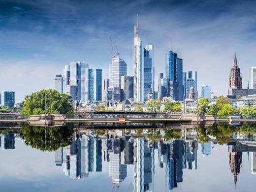 """<p>Dieses neue Regelwerk soll dazu führen, dass die Menschen in Frankfurt in einer besser gestalteten Stadt leben. In einer Stadt, in der Architektur und Städtebau von einer höheren Qualität sind als bisher. Es sollen ausreichend große und bezahlbare Wohnungen entstehen, keine teuren Mikroapartments mehr. """"Qualität im Städtebau"""" hat denn auch Planungsdezernent Mike Josef (SPD) die Leitlinien überschrieben. An seiner Seite waren die Leiterin der Bauaufsicht, Simone Zapke, und der Chef des Stadtplanungsamtes, Martin Hunscher.</p><p><br></p><p>Josef verteidigte ausdrücklich den Zeitpunkt für diesen wichtigen Vorstoß. Alle Notwendigkeit, rasch viele Wohnungen zu schaffen, dürfe nicht dazu führen, dass Qualität gegen Quantität ausgespielt werde. Im Übrigen gebe es keinen besseren Zeitpunkt, Qualität einzufordern, als mitten im Boom der Bauwirtschaft, der hohe Renditen sicherstelle.</p><p><br></p><p>Grüne Vorgärten werden künftig beim Geschosswohnungsbau als Standard angesehen. Das ist oft in Frankfurt noch anders und darf als Kampfansage verstanden werden.</p><p><br></p><p>Bauen in zweiter Reihe will die Kommune nur noch im Rahmen einer städtebaulichen Planung ermöglichen. Im Blockinneren muss eine zusammenhängende Hoffläche entstehen. Gebäude möchte die Stadt so positionieren, dass sie auch als Lärmschutz dienen.</p><p><br></p><p>Bei allen großen Bauvorhaben, etwa Wohnquartieren, ist künftig die nötige Infrastruktur mitzubedenken, also etwa Kitas und Schulen.</p><p><br></p><p>Wohnungen und gewerbliche Nutzungen sind zu mischen, um Monostrukturen zu vermeiden. Der öffentlich geförderte Wohnungsbau soll weiter gestärkt werden, damit ausreichend große und bezahlbare Wohnungen entstehen.</p><p><br></p><p>Ein ganz wichtiger Punkt: Fassaden sollen künftig mit ihrer Umgebung harmonieren. Bisher gibt es in Frankfurt zahlreiche neue Gebäude, deren Architektur in keiner Weise auf das Umfeld eingeht. Loggien und Balkone dürfen nur noch wenig, maximal 50 Zentimeter, in den Straßenr"""