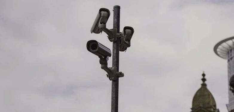 """<p>Die Frankfurter Polizei möchte die Videoüberwachung in der Allerheiligenstraße fortsetzen. Polizeichef Gerhard Beresville schrieb an Fraktionen in den Römern und setzte sich für die Fortsetzung des Projekts ein.</p><p><br></p><p>Auf der kommenden Sitzung des Rechtsausschusses wird Beresville über die Vorteile der Kameraüberwachung in der östlichen Innenstadt sprechen, teilte das Ordnungsdezernent Marcus Frank (CDU) am Montagabend mit. Die Polizei ist mit den Ergebnissen sehr zufrieden, sagte Frank.</p><p><br></p><p><strong>Frankfurt: Videoüberwachung an der Kreuzung Allerheiligenstraße / Breite Gasse</strong></p><p><br></p><p>Die Allerheiligenstraße gilt als einer der Umschlagplätze für Medikamente. Um dies zu verhindern, installierte die Polizei im Juni 2018 eine mobile Kamera an der Kreuzung Allerheiligenstraße / Breite Gasse.</p><p><br></p><p>Eine Kamera, die Bilder direkt an die Polizei liefert, muss zunächst innerhalb eines Jahres getestet werden. Dann entscheiden Sie, ob sich die Kamera vor Ort bezahlt macht. Bereits im November 2018 stellte die Polizei die erste Zwischenbilanz auf. Die Videoüberwachung """"bietet uns enorme Unterstützung"""", heißt es in einer Erklärung des Polizeipräsidiums.</p><p><br></p><p><strong>Frankfurt: CCTV-Kritik - Täter passen sich an</strong></p><p><br></p><p>Es wurden keine konkreten Zahlen genannt. Zu diesem Zeitpunkt beklagte sich die Bezirksrätin 1, die für den Bezirk zuständig war, dass es in der Gegend immer noch eine Drogenkriminalität gab und dass sie nur eine kurze Entfernung von der Zelle hatte.</p><p><br></p><p>Dann gab die Polizei auf mysteriöse Weise zu, dass """"sich das Verhalten potenzieller Täter unweigerlich geändert hat"""". Händler können aber auch im unkontrollierten Teil der Allerheiligenstraße nicht frei ihren Geschäften nachgehen, teilte die Polizei mit. Das taktische Konzept, das den Einsatz von Kräften in Uniform- und Zivilpatrouillen vorsieht, wurde an neue Entwicklungen angepasst.</p><p><br></p><p>Martin Kliem ("""