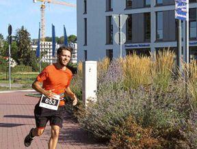 """<p>Christoph Hennemann läuft beim Frankfurter Marathon zugunsten von MS-Kranken. Er zielt auf 2:48 Stunden.</p><p><br></p><p>Wer bei Menschen mit Multipler Sklerose arbeitet, sollte am Sonntag nach Startnummer 2731 nach Läufern suchen. Mit dieser Nummer ist Christoph Hennemann auf dem Weg und der 28-Jährige hat große Pläne. Er möchte seine beste Zeit (3:32 Stunden) verkürzen und jede Minute Geld spenden, wenn er schneller ist. """"Ich bin auf diese Idee gekommen, weil mein Großvater an Multipler Sklerose leidet"""", sagt Frankfurter.</p><p><br></p><p>Um so viel wie möglich für einen guten Zweck zu kombinieren, wandte sich Hennemann an die Deutsche Gesellschaft für Multiple Sklerose. Bis gestern hatten 31 Unterstützer bereits 152 Euro pro Minute versprochen. Nun stellt sich die Frage, wie schnell Hennemann rennen kann. Für ihn ist dies erst der zweite Marathon. Im März 2017 veränderte er sein Leben grundlegend, indem er eine """"Kurzschlussentscheidung"""" traf. """"Ich war relativ stark und habe viel Netflix gesehen.""""&nbsp;</p><p><br></p><p>Dann rannte er und macht es jetzt übermäßig. """"Ich laufe sechsmal pro Woche und mindestens einmal mehr als 30 Kilometer."""" Der 28-Jährige möchte einen erstaunlichen Übergang vom Marathonläufer zum ambitionierten Zeitläufer schaffen. """"Bis zu drei Stunden zu laufen, ist mein Mindestziel."""" Er zielt auf 2:48 Stunden. Dann kommen fast 7.000 Euro zusammen.</p>"""