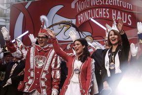 """<p>Pünktlich um 11:11 Uhr betritt ein Karnevalszug die Szene. Hier im Nordwesten muss der neue Frankfurter Prinz und die neue Königin gebührend empfangen und die fünfte Staffel festlich begonnen werden.</p><p><br></p><p>Sandra I. und Jonas I. - die Namen der neuen Karnevalsmonarchen. Sie sind 21 Jahre alt, beide aus Bornheim. Ausnahmsweise kommen der Prinz und die Prinzessin aus verschiedenen Häusern.</p><p><br></p><p>Während der Prinz das BKG 1901er vertritt, kommt seine Prinzessin aus Bernemer Käwwern. """"Carnival Alliance"""", sagt der Grand Council of Carnival Associations. Prinz Jonas ist seit seiner Kindheit Mitglied des Karnevalsvereins. Seine Dummheit liegt ihm im Blut, auch sein Großvater war Mitglied der Sängergruppe """"Bernemer Handwerksbursche"""".</p><p><br></p><p>Die beiden Bernemeres kennen sich schon lange, auch wenn sie erst vor wenigen Wochen von ihrer Vernunftehe wussten. """"Es funktioniert immer noch gut"""", sagt die Prinzessin und zwinkert.</p><p><br></p><p>Die Eröffnungsfeier wurde von der Musikgruppe """"Münchner Zwietracht"""" initiiert. Nach der feierlichen Invasion der Frankfurter Garde wurde ein Karneval mit dem dreifachen Frankfurter Helau eröffnet. Damit alles in Ordnung war, musste der Karneval in der kommenden Zeit der Dummköpfe zuerst vom Präsidenten des Großen Rates Axel Heilmann vereidigt werden.</p><p><br></p><p>Neben erwachsenen Narren sind natürlich auch kleine Karnevale angemessen vertreten. Kinderprinz Tim I. ist ein leidenschaftlicher Fußballspieler, und Eintrachtfan ist Kinderprinzessin Anna I., die seit einem Jahr auf der Karnevalsbühne steht und seitdem leidenschaftlicher Karnevalist und Tänzer ist. Zusammen bilden sie ein fürstliches Kinderpaar, das unter anderem am 1. Februar die Kinder- und Jugendstunde leiten wird.</p><p><br></p><p>Für Prinz Jonas und Prinzessin Sandra geht es am Samstag, den 23. November, mit einem Karnevals-Galakonzert weiter. Die 71. Karnevalskampagne des Großen Rates wird hier offiziell eröffnet.</p>"""