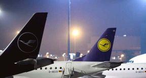 """<p>Anscheinend ist am Samstagabend (23.11.19) ein mutmaßlicher IS-Anhänger mit seinen drei Kindern am Frankfurter Flughafen gelandet. Es wird von der Bundespolizei gemeldet.</p><p><br></p><p>Um 22.10 Uhr landete ein Lufthansa-Passagierflugzeug aus Erbil im Irak am Frankfurter Flughafen. An Bord der Lufthansa ist eine Mutter mit drei Kindern. Die 30-jährige verlässt als erste Frau mit Unterstützung der Bundesregierung das Gebiet des Islamischen Staates.</p><p><br></p><p><strong>Flughafen Frankfurt: IS-Trailer landet in einem Lufthansa-Flugzeug</strong></p><p><br></p><p>Die Generalstaatsanwaltschaft in Frankfurt berichtete von einer Frau, die am Frankfurter Flughafen gelandet war, weil sie mutmaßlich IS-Anhänger im Zusammenhang mit der Mitgliedschaft in einer terroristischen Vereinigung und der Verletzung ihrer Fürsorge- oder Erziehungspflichten war. Ein Haftbefehl besteht jedoch nicht.</p><p><br></p><p>Die Behörden haben noch keine detaillierten Informationen zu Herkunfts- und Geburtsorten veröffentlicht. Laut spiegel.de Laura H. aus der Region Gießen. Am Freitag soll sie aus dem Lager Al-Khaul in Nordsyrien entlassen worden sein. Das Außenministerium soll sich bereit erklärt haben, innerhalb weniger Wochen freigelassen zu werden.</p><p><br></p><p><strong>IS-Anhänger wanderten 2016 nach Syrien aus</strong></p><p><br></p><p>Laut spiegel.de soll Laura H. 2016 mit ihrem aus Somalia stammenden amerikanischen Ehemann nach Syrien gezogen sein. Es wird gesagt, dass ihr Mann später in Syrien getötet wurde.</p><p><br></p><p>Noch früher sympathisierte eine junge Frau mit der Salafi-Szene in Deutschland. Die am Frankfurter Flughafen gelandete Frau hat einen Online-Shop für osteuropäische und islamische Modefirmen in Deutschland.</p><p><br></p><p>Die Türkei verschiebt am Freitag die beiden Ehefrauen der ISIS-Militanten """"Islamic State of Terrorists"""" nach Deutschland. Angela Merkel antwortet auf die Befürchtung, die Abschiebung könne die Sicherheit gefährden.</p>"""