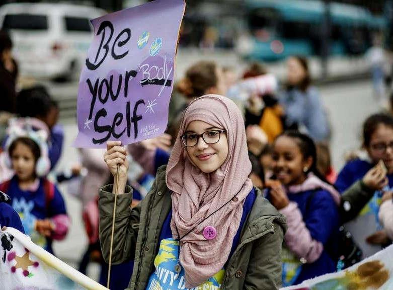 """<p>Gewiß in sich selbst&nbsp;und mit viel Elan wird beim """"Walk of Girls"""" mehr Gerechtigkeit auf der Welt und in Frankfurt gefordert.&nbsp;&nbsp;</p><p><br></p><p>Am Sammelpunkt Willy-Brandt-Platz werden um die Mittagszeit dunkelblaue T-Shirts, Trillerpfeifen und Buttons verteilt. Etwa zweihundert Mädchen zwischen 6 und 19 Jahren haben sich eingefunden, um der Öffentlichkeit zu zeigen, dass sie sich Anmache nicht gefallen lassen und ihren eigenen Weg gehen wollen: """"Ich bin eine Frau, soll ich es Buchstabieren: BOSS"""" lautet der Text von mehreren Plakaten. Eine 16-Jährige erklärt, dass es sich um eine ernst gemeinte Kampfansage handelt. """"Wir wollen auch mal bestimmen"""", sagt sie. """"Was die alten weißen Männer können, können wir schon lange"""", ergänzt eine Mitschülerin.</p><p><br></p><p><br></p><p>Heute ist Freitag, der letzte Ferientag, und natürlich sind auch wieder die Fridays-for-Future-Leute unterwegs. Linda Kagerbauer vom städtischen Frauenreferat betont in ihrer Begrüßungsrede, dass die Mädchen die Forderungen der Umweltaktivisten unterstützen. Wer sich für eine gerechte Welt engagieren möchte, werde sich auch für die Umwelt einsetzen, sagt sie. Die wichtigsten drei Silben an diesem Nachmittag aber sind: """"Mäd-chen-tag"""". Eine große Anzahl von Male werden sie am Willy-Brandt-Platz und später beim """"Walk of Girls"""" durch die Innenstadt geshcreit.</p><p><br></p><p>Hauptwache, Zeil und die Berger Straße sind nur einige der Stationen an denen immer wieder """"Mäd-chen-tag"""" gerufen wird. Von Jahr zu Jahr würden sich mehr Mädchen beteiligen, meint eine Mitarbeiterin des Frauenreferats. Unterdessen sei es """"cool"""" geworden, auf die Straße zu gehen. In der Mädchenarbeit sei es gelungen, """"sexistische Strukturen"""" sichtbar zu machen und die Mädchen zu ermutigen, sich gegen gängige Klischees zur Wehr zu setzen. So lautet der Spruch, der in diesem Jahr auf dem blauen T-Shirt steht: """"Beauty does not need make up"""". Frei übersetzt: Frauen sind auch ohne Schminke schön.</p><p><br></p><p>Häuf"""