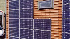 <p>Es gibt Geld vom Senat, um Sonnenenergie zu nutzen. Wer eine Photovoltaikanlage kauft, kann einen Nachkauf von Solarenergie in Höhe von bis zu 15.000 Euro beantragen, wie die Senatsverwaltung am Freitag in Berlin mitteilt. Bewerbungen können sowohl Einzelpersonen als auch beispielsweise Vereine, Stiftungen, Unternehmen, Genossenschaften oder Wohnungsbaugesellschaften eingereicht werden, die in Berlin eine Photovoltaikanlage errichten möchten. Vorläufige Bewerbungen können nun eingereicht werden.</p><p><br></p><p>&nbsp;Mit dem Förderprogramm Energy StoragePLUS will die Senatsverwaltung den Anteil erneuerbarer Energien auch in Zeiten schwacher Sonneneinstrahlung erhöhen. Ziel sei es, die Stromerzeugung durch Photovoltaikanlagen in Berlin deutlich zu steigern, sagte Wirtschaftssenatorin Ramona Pop. Ein Viertel der Dächer Berlins bietet noch Platz für Sonnenkollektoren, die die Stadt mit Ökostrom versorgen können.</p><p><br></p><p>&nbsp;Die Wirtschafts-Senatsverwaltung weitet nach eigenen Angaben mit dem Förderprogramm seine Aktivitäten für ein klimaneutrales Berlin in 2050 aus. Für die Umsetzung ist die IBB Business Team GmbH verantwortlich, ein Tochterunternehmen der landeseigenen Investitionsbank Berlin (IBB).</p>